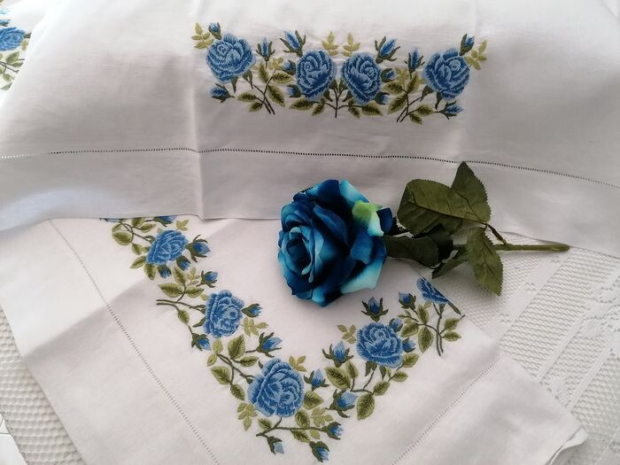 Pure linen sheet with Rose embroidery in full stitch by hand - Linen - 21st century
