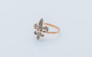 Ring in 18 carat yellow gold (750 thousandths) and silver (800 thousandths), adorned with a fleur-de-lys set with rose-cut diamonds.