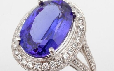 Ring in 18k (750 thousandths) white gold set with a splendid oval tanzanite of 9.31 ct. of a saturated blue color with a remarkable raspberry light indicating a beautiful pleochroism. Superb diamond paving work both on the basket and on the shoulders...