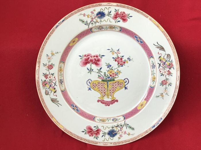 VERY LARGE FAMILLE ROSE CHARGER DECORATED WITH A VASE - Porcelain - China - Yongzheng (1723-1735)
