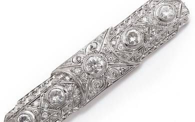 A Belle Èpoque diamond brooch set with old- and single-cut diamonds weighing a total of app. 1.45 ct., mounted in platinum. J/P1. L. app. 6 cm. Circa 1900.
