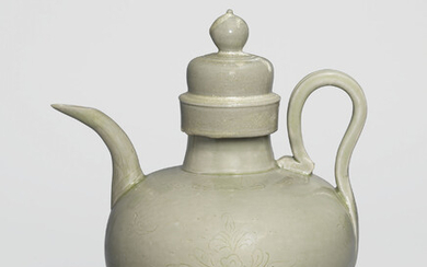 A VERY RARE YUE INCISED AND INSCRIBED 'FLORAL' EWER AND COVER, FIVE DYNASTIES (907-960)