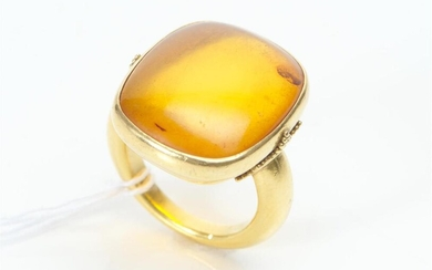 A VINTAGE AMBER RING IN 18CT GOLD, SIZE N, PLAQUE MEASURING 22X20MM, 15.9GMS