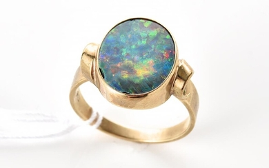 A VINTAGE OPAL DOUBLET RING IN 9CT GOLD, RING SIZE Q, 3.6GMS
