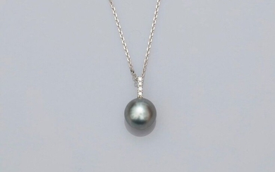 Chain and pendant in white gold, 750 MM, decorated with four brilliants bearing a round Tahitian pearl, diameter 10.10.5 mm, length 45 cm, spring ring, weight: 4.25gr. gross.