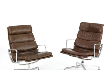 """Charles Eames, Ray Eames: """"Soft Pad"""". A pair of armchairs with frame of aluminium. Upholstered..."""