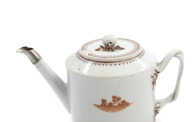 Chinese export porcelain tea pot, decorated in sepia with landscape. C. 1800. H. 15 cm.