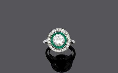 DIAMOND AND EMERALD RING, ca. 1925.