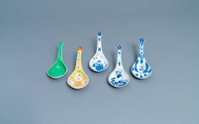 Five large Chinese blue and white, famille rose and monochrome green spoons, 19/20th c.