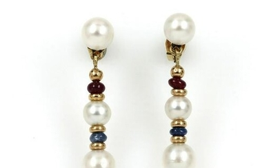 Pair of 14 kt gold earrings with cultured akoya pearls