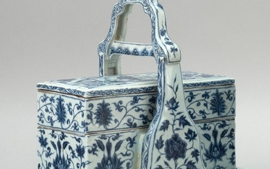 CHINESE BLUE AND WHITE PORCELAIN ARTIST'S BOX Rectangular, with carrying handle. Contains a rectangular box for brushes, four small...