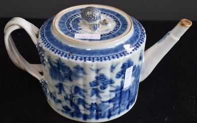 Chinese porcelain teapot early XIX th century decorated with pagodas. Ht 12 cm.