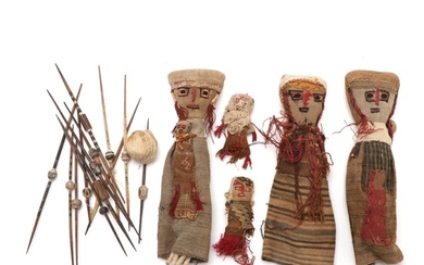 Four dolls one with child in the embrace of original woven fabrics from Chancay. ewn in the 20th century H. 11–29 cm. as well as 13 knitting needles.