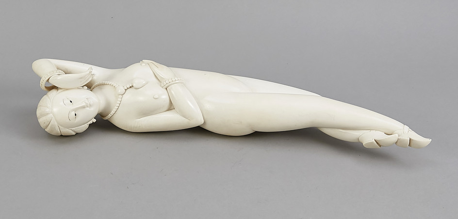 A large Chinese Doctor´s Lady around 1920, ivory...
