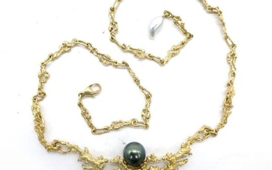 NECKLACE in 18K yellow gold holding three Tahitian pearls, two black and one baroque yellow. Frame with coral decoration. Length: 47 cm. Gross weight : 33.74 gr. A gold and pearl necklace.