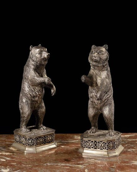 Pair of 835 sterling silver subjects, each depicting a bear standing on its hind legs, resting on an octagonal openwork base decorated with floral motifs. Foreign work, late 19th - early 20th century Height : 28.5 cm Gross weight : 1,870 kg