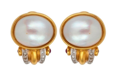 Pair of gold ear clips centered with a Mabé pearl and decorated with lines of brilliants. Gross weight: 15.4 g