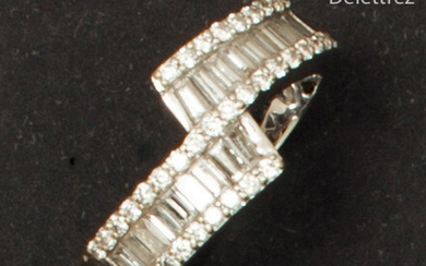 White gold ring, decorated with two lines of...