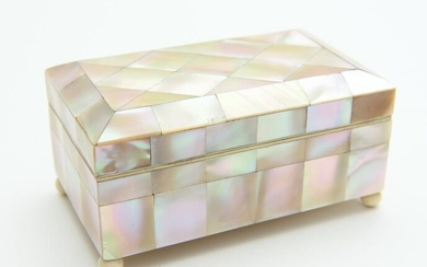 A MOTHER OF PEARL MOUNTED JEWELLERY CASKET ATOP FOUR BALL FEET, 10 CM WIDE, LEONARD JOEL LOCAL DELIVERY SIZE: SMALL