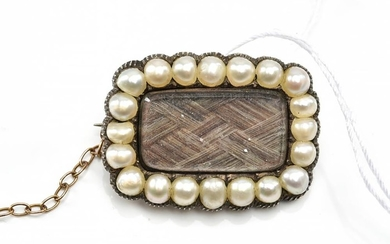 A SEED PEARL MOURNING BROOCH WITH HAIR DETAIL, IN 9CT GOLD, DATED 1843