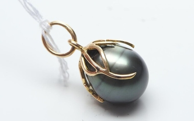 A TAHITIAN PEARL PENDANT IN ABSTRACT STYLE BALE IN 20CT GOLD, THE PEARL MEASURING 13.0MM