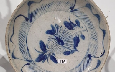 AN ORIENTAL EXPORT POTTERY PLATE