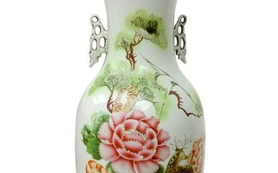 Chinese porcelain vase depicting floral decoration on