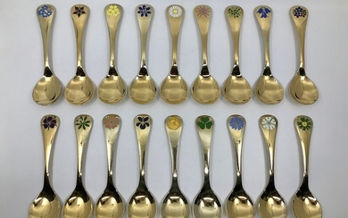 Georg Jensen: Set of 18 Georg Jensen gilt sterling silver Year Spoons, each with an enamel flower particular to that year. 1974–1990 and 1992. L. 15 cm. (18)