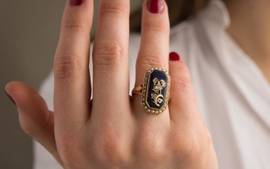 XVIIIEME SIECLE BAGUE EMAIL BLEU An XVIIIth century enamel, diamond, natural pearl and gold ring.