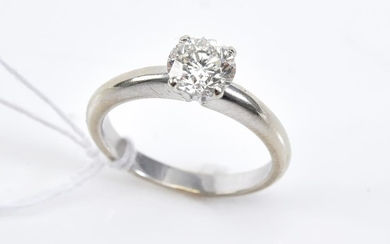 A SOLITAIRE DIAMOND RING WEIGHING APPROXIMATELY 1.14 CTS IN 18CT WHITE GOLD (ESTIMATED G-H/SI2), SIZE N