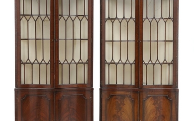 A pair of George III style mahogany corner cabinets. England, late 19th century. H. 195 cm. W. 100 cm. D. 54 cm. (2).