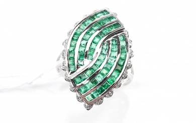 AN EMERALD AND DIAMOND PLAQUE RING IN 18CT WHITE GOLD, SIZE O