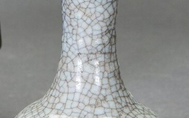 Antique vase in Chinese glazed ceramic, grey colour with beautiful crackle effect. With marks on the base. Height: 12 cm. Exit: 200uros. (33.277 Ptas.)