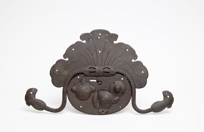 Door lock - Cast iron - Heavy iron cast doorlock with a large plate depicting the immortal Hotei with his bag of fortune - Japan - Late Edo period
