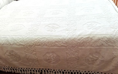 Fabulous, heavy quilt made by hand loom forming perfect flowers .. - Top quality cotton - Mid 20th century