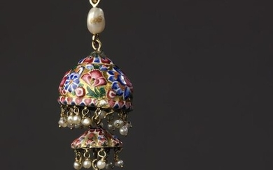 Pendant with two differently sized charms in 18k gold enamelled with flowers, it holds a silver cube set with twenty-four small rose-cut diamonds and small fine pearls in pendants. The 18k yellow gold bélière is decorated with a larger baroque pearl...