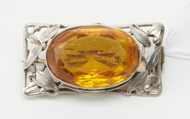 A BROOCH IN THE STYLE OF RHODA WAGER IN STERLING SILVER, FEATURING AN ORANGE OVAL PASTE, , IN 34 X 16MM