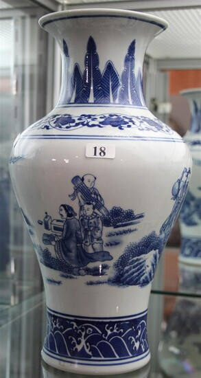A CHINESE BLUE AND WHITE EXPORT VASE