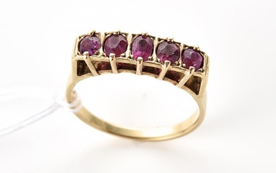 A FIVE STONE RUBY RING IN 9CT GOLD, SIZE T, 4GMS