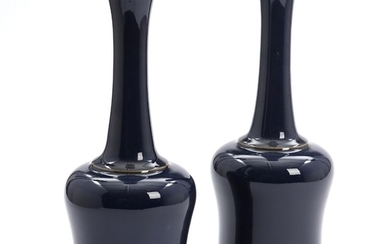 A pair of Chinese dark blue glazed porcelain bottle vases. Marked Kangxi. 20th century. H. 29 cm. (2)