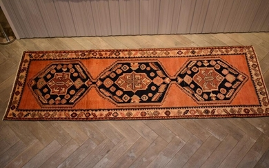 AN EXTRA-WIDE TRIBAL PERSIAN NAHAVAND HALL RUNNER. 100% WOOL PILE. EX-GALLERY STOCK. IN EXCELLENT CONDITION. HAND-KNOTTED VILLAGE WE...