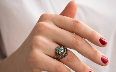 ANNEES 1900 BAGUE MARGUERITE DIAMANTS An emerald, diamond and gold ring, circa 1900.