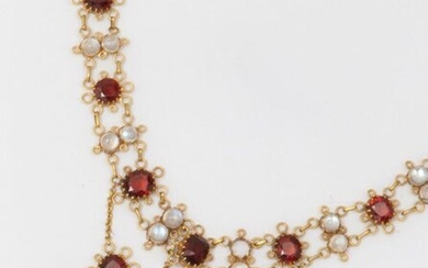 Articulated necklace in yellow gold, adorned with faceted garnets and moonstone cabochon. Early 20th century work. Length: 35cm. Weight: 36g. (one moonstone is missing)