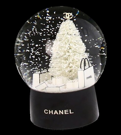 Glassware - Glass snow globe with Christmas tree and presents, on round black plastic base, in box, Chanel No 5 -H. box approx. 15 cm