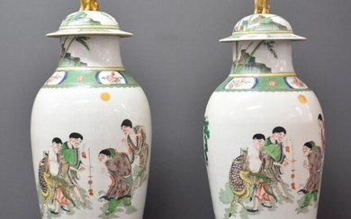 Lot of 2 covered vases in Chinese porcelain of the Green Family decorated with animated scenes of characters playing