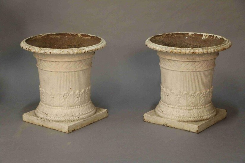 Pair of cast iron garden VASES with flared collars and bases decorated with palmettes, friezes of pearls and heart grapes. 19th century. H : 45 cm Diameter : 45 cm