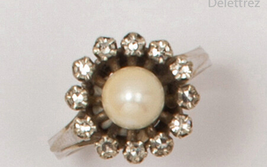 White gold ring, decorated with a cultured pearl...