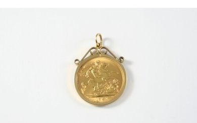 A GOLD SOVEREIGN 1967, in a 9ct gold pendant mount, total we...