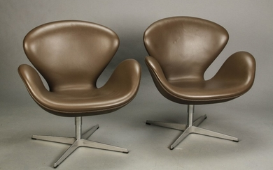 Arne Jacobsen. A pair of 'The Swan', lounge chairs, Model 3320, dark brown leather (2)