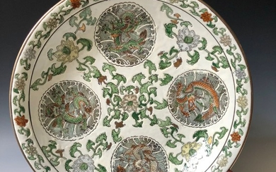 FINE LARGE CHINESE ANTIQUE FAMILLE ROSE DRAGON PORCELAIN CHARGER. TONGZI MARK, 19C